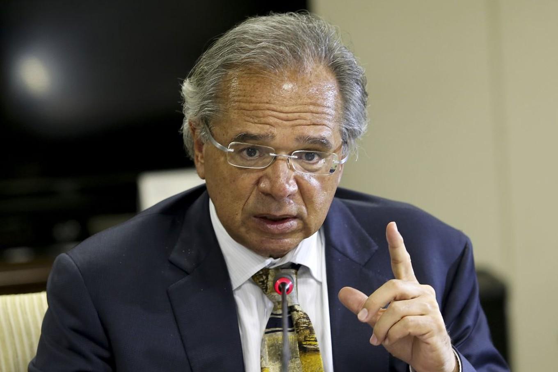 'Se fica todo mundo em casa, trava a economia toda', diz Guedes
